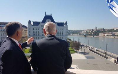 Le Premier ministre Benjamin Netanyahu, à droite, et son homologue hongrois Viktor Orban, à Budapest, le 18 juillet 2017. (Crédit : GPO)
