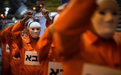 """Des hommes divorcés protestent en faveur du droit des hommes pendant le divorce au cours d'une série de conférences appelée """"Juges à la barre"""" au marché  Machane Yehuda de Jérusalem, le 5 juin 2017 (Crédit : Hadas Parush/Flash90)"""