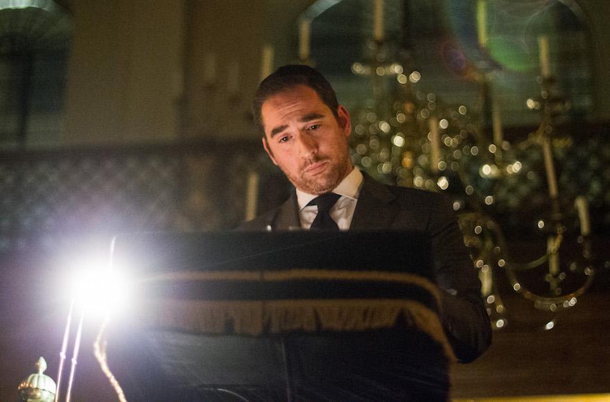 Le rabbin Joseph Dweck s'exprime lors d'une cérémonie de commémoration de la Seconde guerre mondiale à la synagogue Bevis Marks le 4 août 2014 à Londres, au Royaume-Uni (Crédit : Dan Dennison/Getty Images)