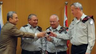 Gadi Eisenkot lors d'un toast en compagnie de Gantz, Barak, et Yair Naveh, qu'il avait remplacé en tant que vice-chef d'état-major en 2015 (Crédit : porte-parole de l'armée israélienne/ Flash 90)