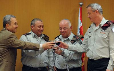 Gadi Eisenkot lors d'un toast en compagnie de  Gantz, Ehud Barak, et Yair Naveh, qu'il avait remplacé en tant que vice-chef d'état-major en 2015 (Crédit : porte-parole de l'armée israélienne/ Flash 90)