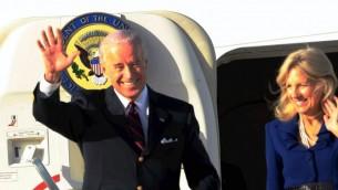Le vice-président américain Joe Biden à son arrivée à l'aéroport Ben Gourion, le 8 mars 2010 (Crédit : Pool/Yariv Katz Flash90)