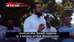 Nidhal Siam prêche devant la mosquée Al-Aqsa de la Vieille Ville de Jérusalem, en juin 2017. (Crédit : capture d'écran MEMRI)