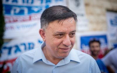 Le candidat à la direction du parti travailliste Avi Gabbay devant un bureau de vote de Jérusalem, le 4 juillet 2017. (Crédit :(Yonatan Sindel/Flash90)