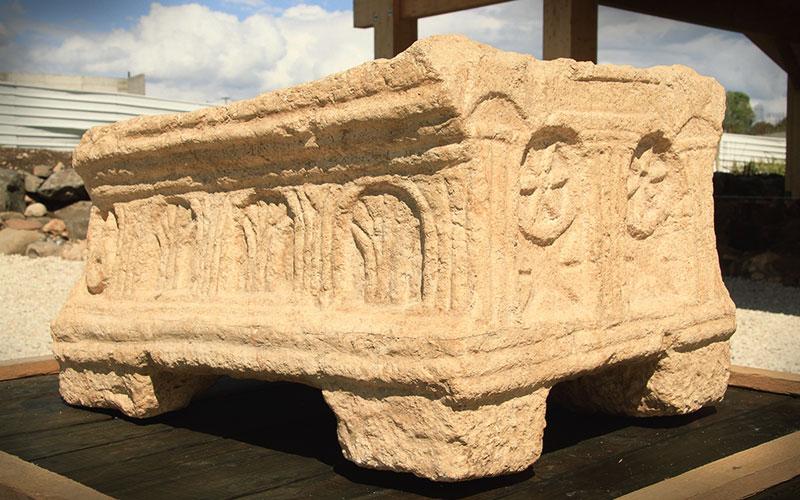 La pierre de Magdala qui porte l'une des premières images de la menorah à sept branches du Temple juif à Jérusalem (Crédit : Autorisation)