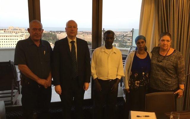 Jason Greenblatt, envoyé du président américain au Moyen Orient, avec les familles d'Avraham Mengistu et Hoisham al-Sayed, deux civils israéliens détenus par le Hamas dans la bande de Gaza, le 11 juillet 2017. (Crédit : Twitter/Jason Dov Greenblatt)