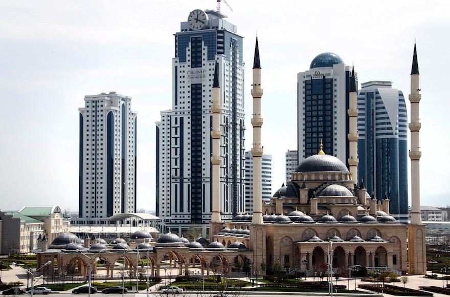 """Une vue de la mosquée Akhmad Kadyrov, connue sous le nom de """"coeur de la Tchétchénie"""" à Grozny, dans la capitale de la république russe. (Crédit : STR/AFP/Getty Images, via JTA)"""