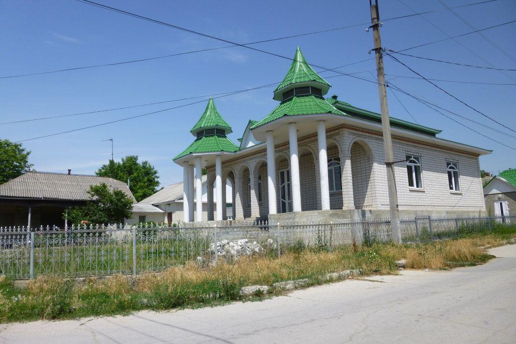 Une belle maison Rom juste en face de l'ancienne synagogue où 90 Juifs ont été assassinés pendant l'Holocauste à   Edinets, en Moldavie. (Crédit : Julie Masis/Times of Israel)