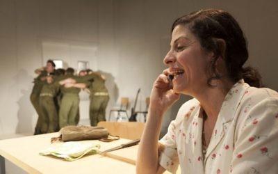 Efrat Ben Zur dans 'To the End of the Land' a joué au Lincoln Center de New York du 24 au 27 juillet 2017 par Habima National Theatre et le Cameri Theatre de Tel Aviv. (Crédit : Gérard Allon)