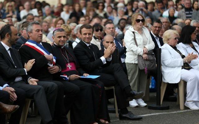 De droite à gauche: Le Premier ministre Edouard Philippe, le maire de Saint-Etienne-du-Rouvray,Joachim Moyse, l'archevêque de Rouen Dominique Lebrun, le président Emmanuel Macron et la soeur de du prête assassiné Jacques Hamel, lors de la cérémonie d'hommage un an après l'attaque à Saint-Etienne-du-Rouvray (Crédit: AFP/ POOL / CHARLY TRIBALLEAU)