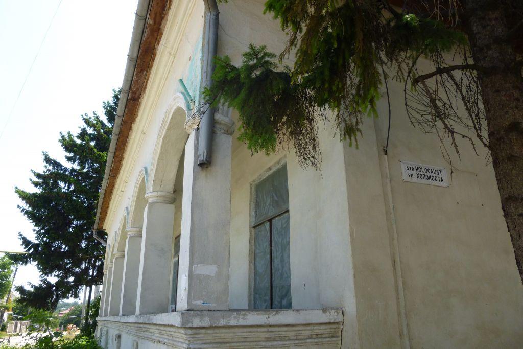 Le panneau signalant la Rue de l'Holocauste à Edinets, en Moldavie. (Crédit : Julie Masis/Times of Israel)
