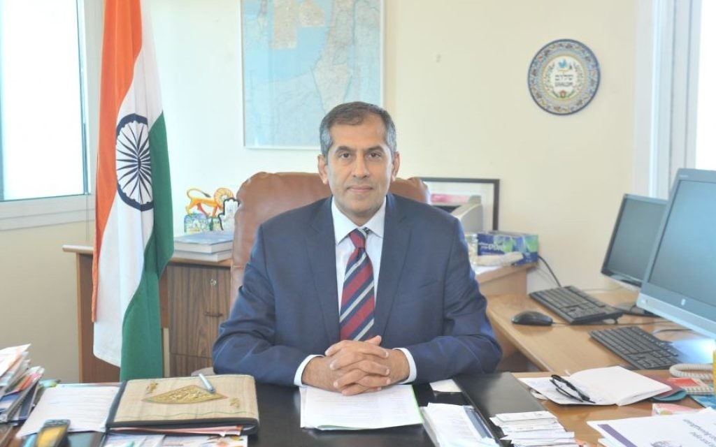 Indian Ambassador to Israel Pavan Kapoor dans son bureau de Tel Aviv. (Crédit : Ambassade indienne)