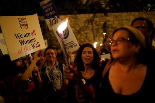 Des manifestants israéliens devant la Résidence du Premier ministre,le 1er juillet 2017, protestent contre le gel du compromis sur le mur Occidental. (Crédit : AFP PHOTO/Thomas COEX)