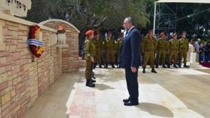 Le ministre de la Défense, Avigdor Liberman, lors d'une cérémonie pendant la journée de Commémoration des soldats tombés au combat au cimetière de guerre de Kiryat Shaul à Tel Aviv le 1er mai 2017 (Crédit : Ariel Harmoni / Ministère de la Défense)