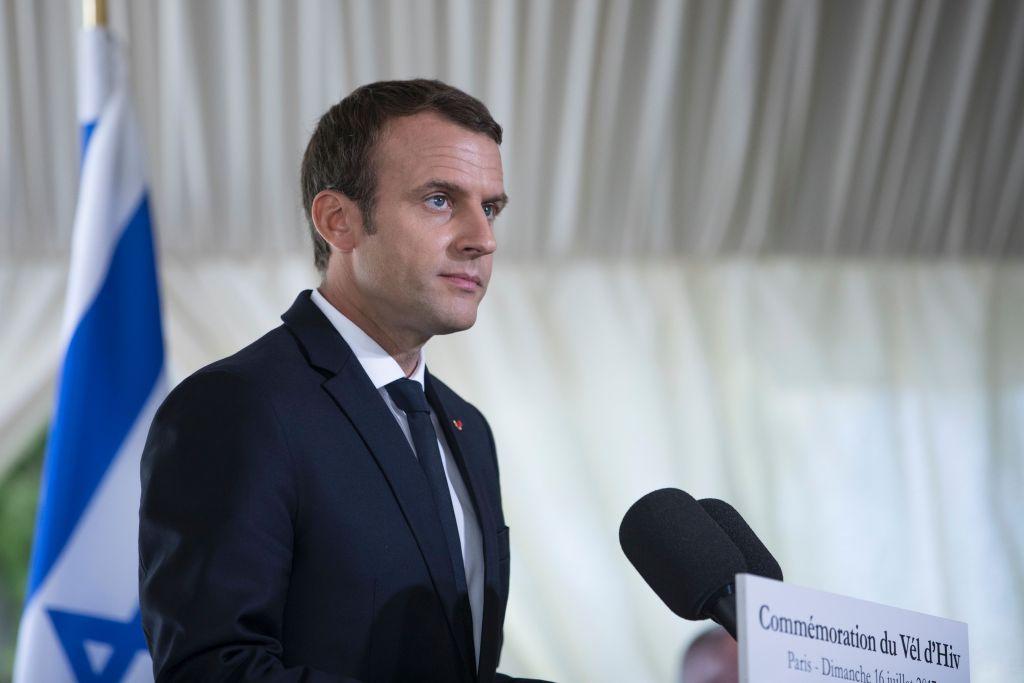 Le président français Emmanuel Macron pendant la cérémonie de commémoration du 75e anniversaire de la rafle du Vél' d'Hiv', à Paris, le 16 juillet 2017. (Crédit : Kamil ZihnIoglu/AFP/Getty Images)