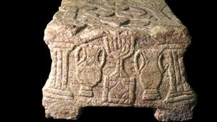 La pierre de Magdala qui porte l'une des premières images de la menorah à sept branches du Temple juif à Jérusalem (Crédit : Yael Yulowich / Autorisation Israel Antiquities Authority)