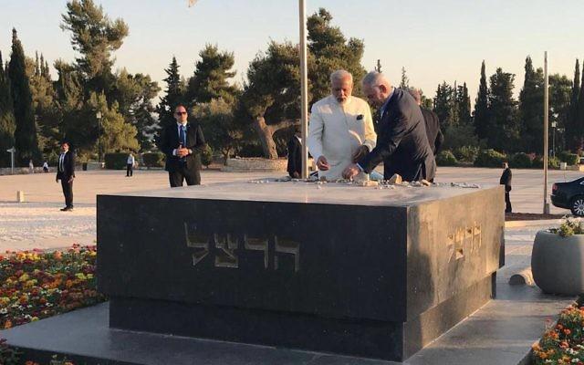 Le Premier ministre Benjamin Netanyahu e son homologue indien Narendra Modi sur la tombe de Theodor Herzl, à Jérusalem, le 4 juillet 2017. (Crédit : bureau du Premier ministre)