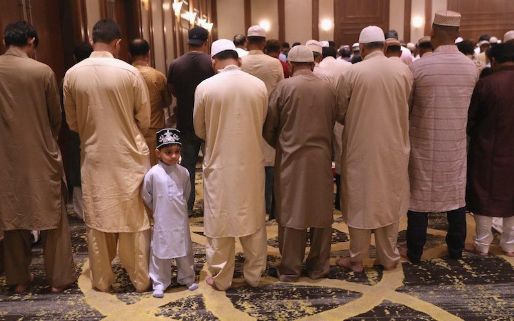 Les musulmans lors d'un service de prière célébrant Eid-al-Fitr à Stamford, Connecticut, 25 juin 2017 (Crédit : John Moore / Getty Images, via JTA)