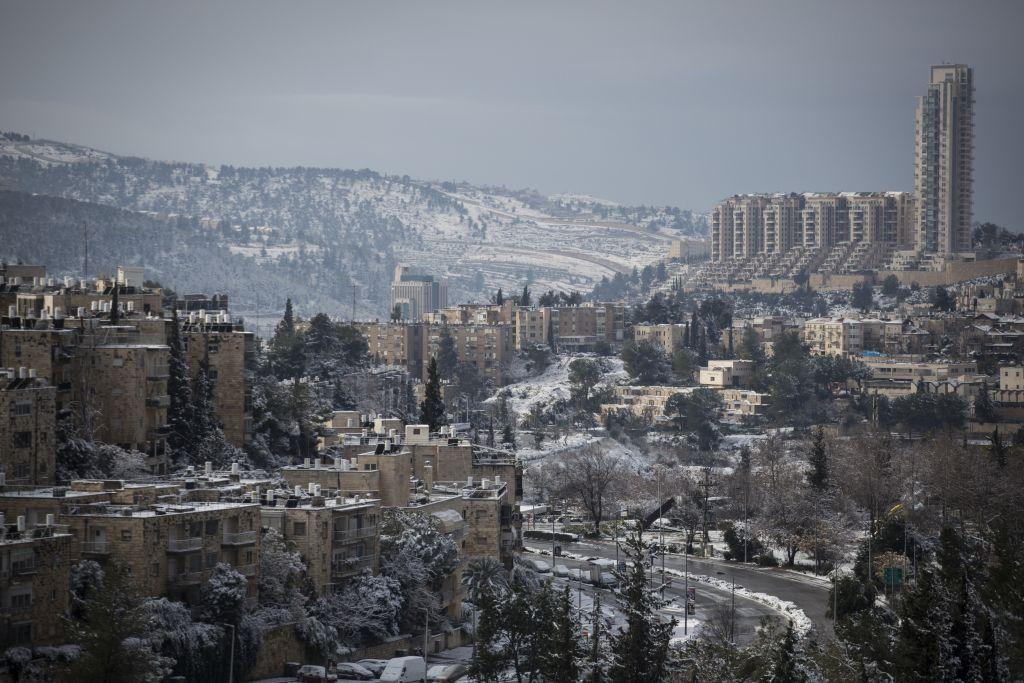 Une vision du quartier de Nayot à Jérusalem le 10 janvier 2015, après une journée neigeuse (Crédit : Hadas Parush/Flash90)