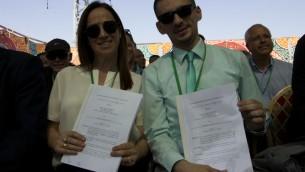 Yael Nevo, avocate de la Corporation électrique israélienne, et son homologue palestinien Jihad Barri pendant la signature d'un accord accordant à l'AP son indépendance énergétique, dans la région de Jénine, le 10 juillet 2017. (Crédit : Dov Lieber/Times of Israël)