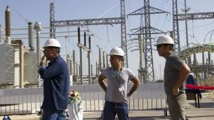 Des ouvriers sur le site de la nouvelle centrale électrique, près de Jénine, en Cisjordanie, le 10 juillet 2017. (Crédit : Dov Lieber/Times of Israël)