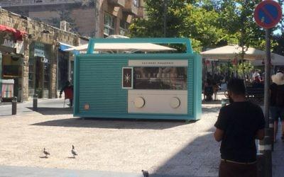 L'immense radio sur la rue piétonne Ben Yehuda, à Jérusalem, qui propose 5 stations et diffusera des enregistrements de l'époque de la Guerre des Six Jours. (Crédit : Satrier & Sharvit)