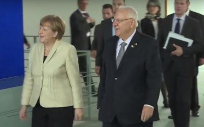Le président Reuven Rivlin et la chancelière allemande Angela Merkel à Berlin, le 12 mai 2015. (Crédit : capture d'écran YouTube)