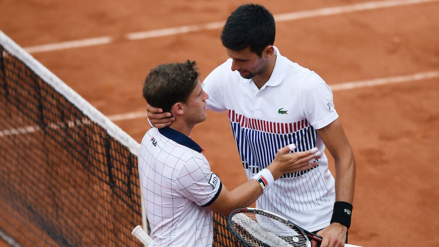 Diego Schwartzman, à gauche, avec Novak Djokovic, après leur match à Roland-Garros, le 2 juin 2017. (Crédit : Lionel Bonaventure/AFP/Getty Images via JTA)