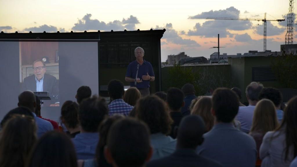 Joey Low, fondateur et directeur d'Israël au coeur qui parraine un grand nombre des étudiants, s'exprime devant le public présent lors de la cérémonie de lancement de l'Organisation des étudiants africains à WeWork, dans le sud de Tel Aviv, le 21 juin 2017 (Autorisation : Eli Tesma)