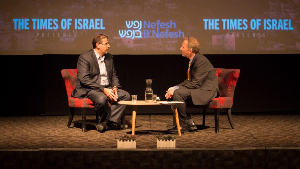 L'ancien ambassadeur américain Dan Shapiro s'adresse à David Horovitz lors d'un évènement organisé par le Times of Israel, à Jérusalem, le 2 juillet 2017. (Crédit : Luke Tress/Times of Israel)