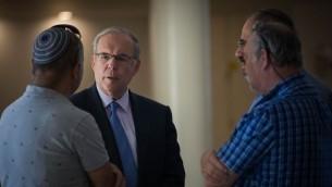 Yonatan Halevy, directeur général de l'hôpital Shaare Zedek avec les parents des patients de l'unité d'hémato-oncologie pédiatrique d'Hadassah Ein Kerem, à la Cour Suprème de Jérusalem, le 28 juin 2017. (Crédit : Yonatan Sindel/Flash90)