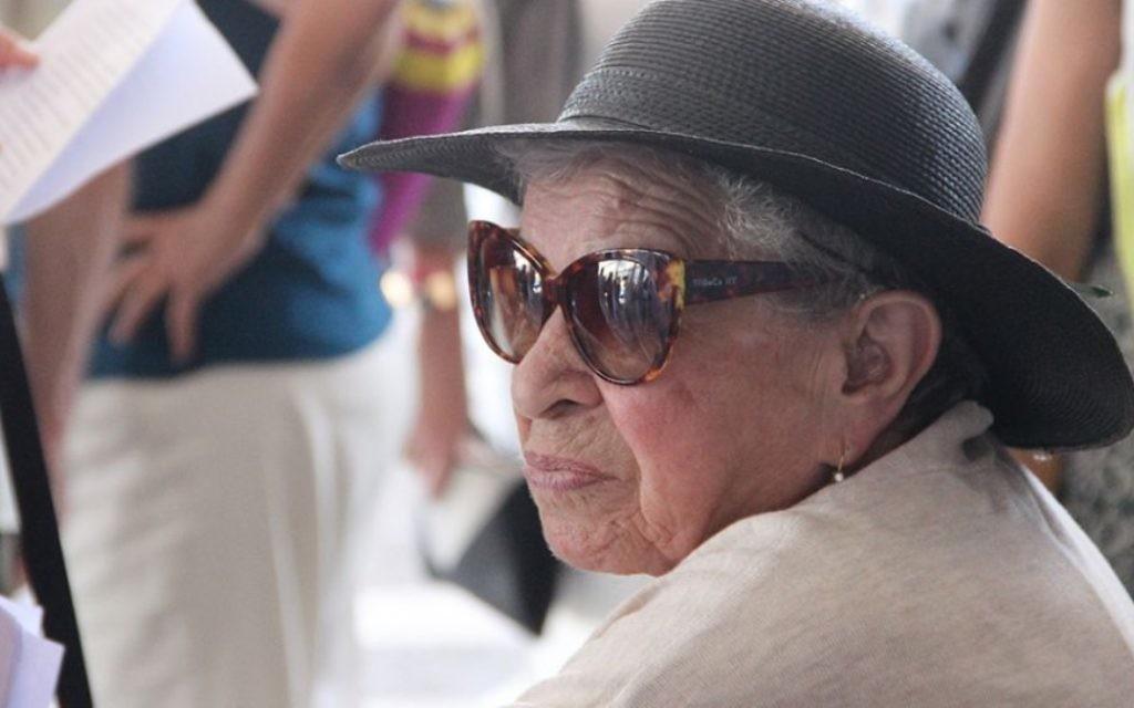 Une survivante au mémorial d'Exodus au port de Haifa, le 18 juillet 2017 (Crédit : Laura Ben-David)