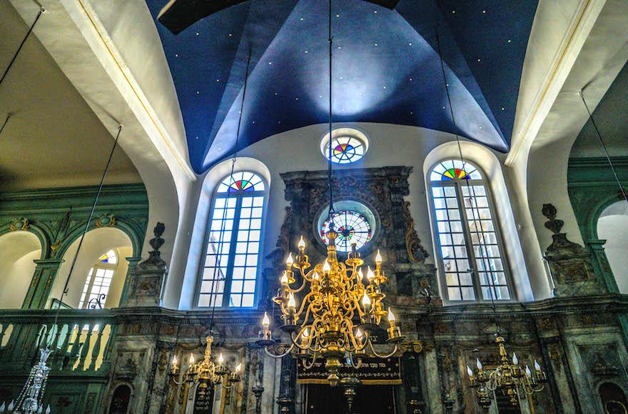 La synagogue de Carpentras, le 7 juillet 2017. (Crédit : Cnaan Liphshiz/JTA)