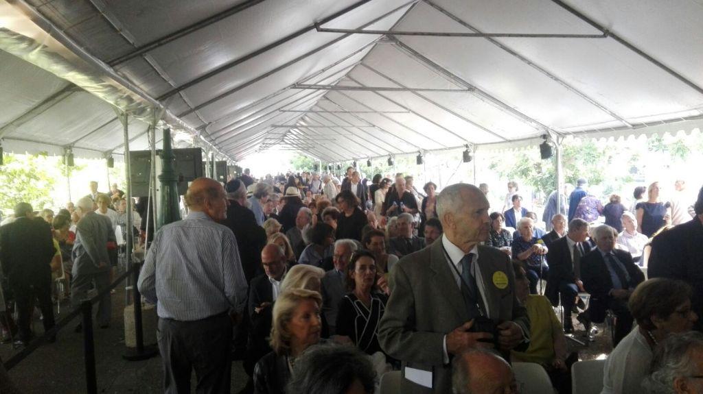 Des centaines de personnes assistent à la cérémonie square des Martyrs, dont un grand nombre d'enfants cachés (Crédit: Pierre-Simon Assouline)