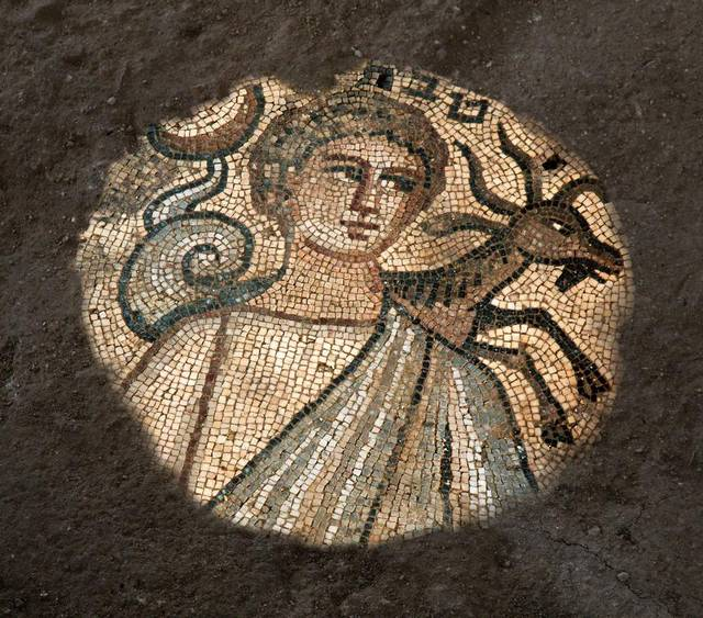 En photo ici, une mosaïque découverte dans une synagogue de Huqoq représentant le mois de Teveth (Décembre-janvier) avec le signe du capricorne. (Crédit : Jim Haberman, via UNC Media Relations)