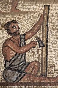 Cette mosaïque trouvée dans la synagogue de Huqoq en Galilée inférieure représente des hommes travaillant à une tour de pierre, apparemment la tour de Babel (Crédit : Jim Haberman via UNC Media Relations)