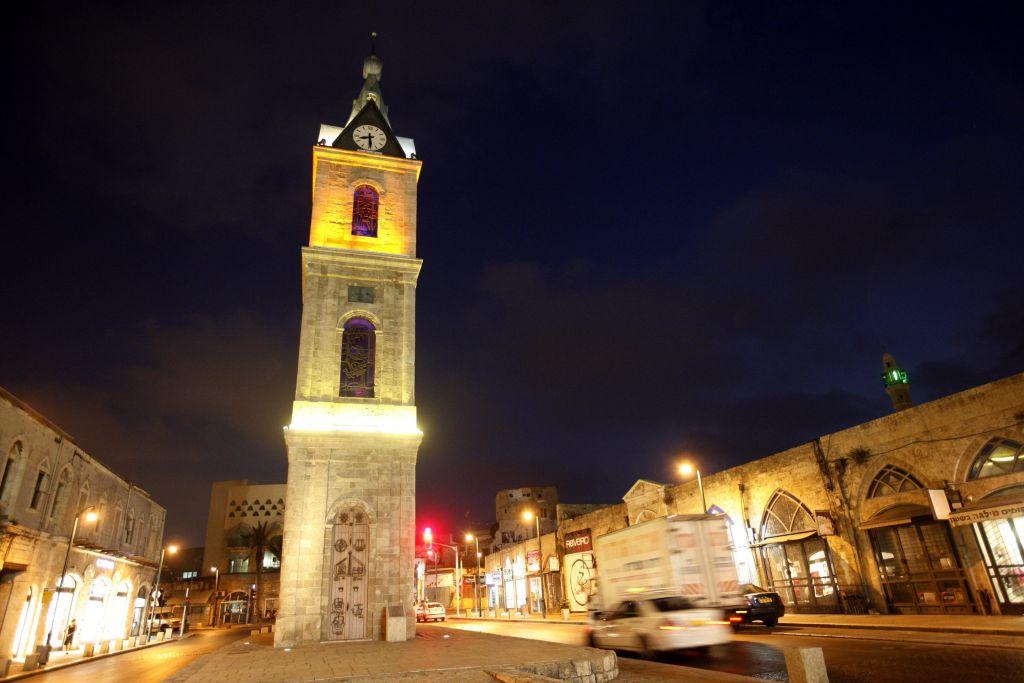 Une vision nocturne de l'horloge à l'entrée de Jaffa, le 30 juin 2008