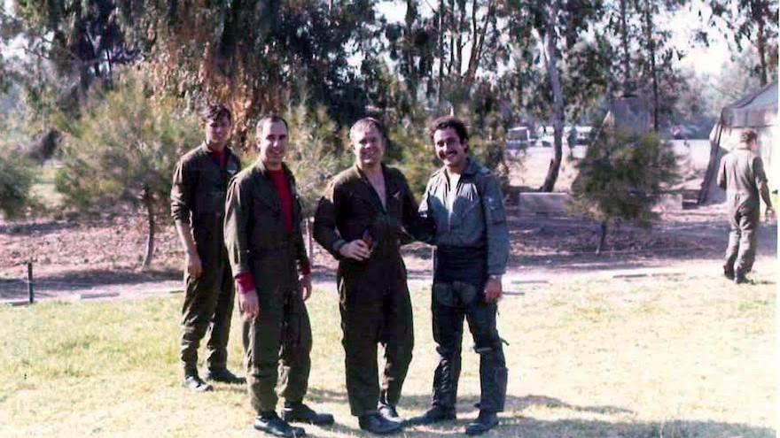 Roy 'Bubba' Segars, deuxième à partir de la droite, et Jacob 'Booby' Daube, à droite durant la guerre de Kippour en 1973, sur la base de Tel Nof en Israël, le 28 juin 2017. (Crédit : unité du porte-parole de l'armée)