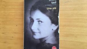 Un exemplaire d'Une vie de Simone Veil (Crédit : Stéphanie Bitan/Times of Israel)