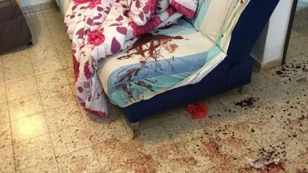 Une photo du salon du domicile où a été perpétré une sanglante attaque au couteau faisant 3 morts, le 21 juillet 2017, à Halamish (Crédit : armée israélienne)