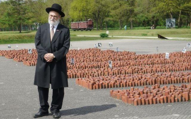 Les parents du Grand rabbin Binyomon Jacobs,  ont survécu à l'Holocauste en vivant dans la clandestinité. Il évoque souvent l'ancien camp devant les enfants des écoles (Crédit : Cnaan Lipshiz/JTA)