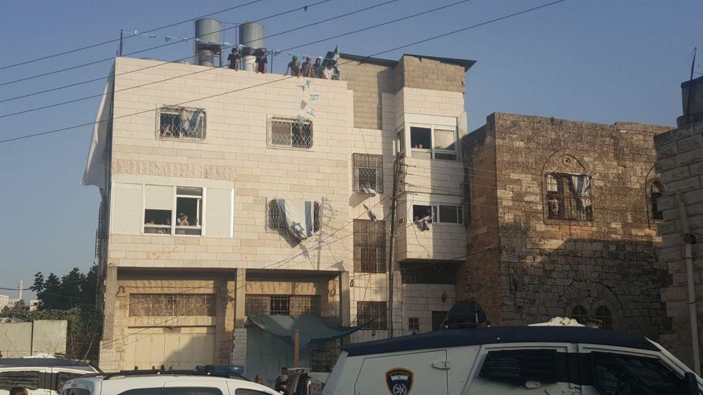 Les squatteurs israéliens à la Maison Machpela de Hébron, le 25 juillet 2017 (Autorisation : Amutat Harchivi)