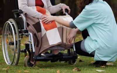 Une personne à besoins particuliers en chaise roulante (Crédit: Shutterstock)
