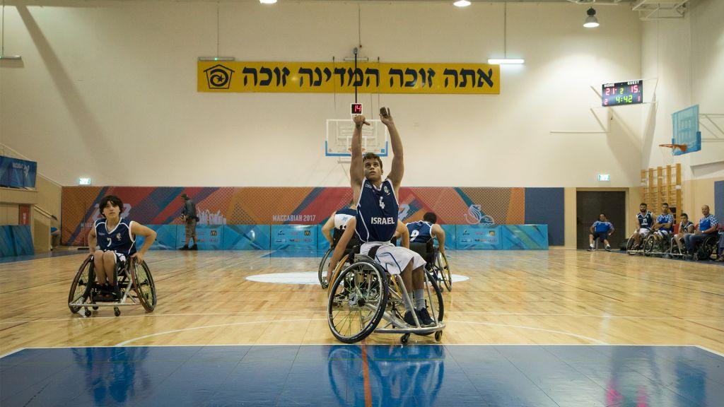Ido Shkuri, joueur de l'équipe de handibasket, lance un coup franc durant les Maccabiades à Jérusalem, le 9 juillet 2017 (Crédit : Luke Tress/Times of Israel)