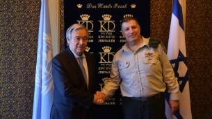Le secrétaire-général des Nations unies Antonio Guterres, à gauche, rencontre le coordinateur des Activités gouvernementales dans les territoires, le général de division Yoav (Poly) Mordechai le 28 août 2017. (Crédit : COGAT).