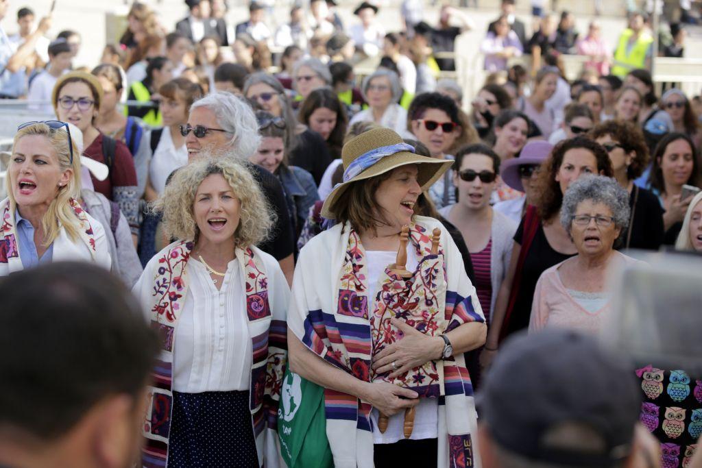 Anat Hoffman, à gauche, présidente des Femmes du Mur tenant un rouleau de la Torah) au mur Occidental, le 24 juillet 2017 (Crédit : Hila Shiloni)