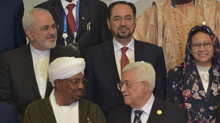 Le président de l'Autorité palestinienne Mahmoud Abbas discute avec le président soudanais Omar al-Bashir alors que le ministre des Affaires étrangères de l'Indonésie, à droite, au deuxième rang, observe, lors de la cérémonie d'ouverture du 5ème sommet extraordinaire de l'organisation de la coopération islamique sur le territoire palestinien à Jakarta, le 7 mars 2016 (Crédit : Adek Berry/AFP)