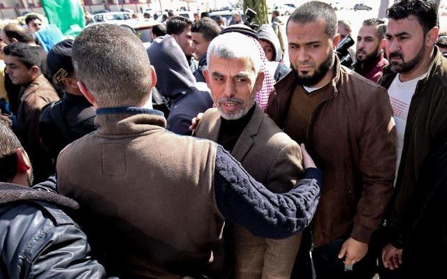 Yahya Sinwar, au centre, chef du Hamas dans la bande de Gaza, avant l'inauguration d'une nouvelle mosquée à Rafah, dans le sud de la bande de Gaza, le 24 février 2017. (Crédit : Said Khatib/AFP)