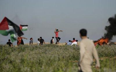 Affrontements entre Palestiniens et forces israéliennes, près de la frontière de la bande de Gaza, à l'est du camp de réfugiés de Jabalia, le 5 juin 2017. (Crédit : Mahmud Hams/AFP)