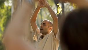 Eli Cohen a quitté son emploi chez l'un des plus grands opérateurs mobiles israéliens pour enseigner une méthode de bien-être holistique, au parc HaYarkon de Tel Aviv, le 13 juin 2017. (Crédit: Jack Guez/AFP)